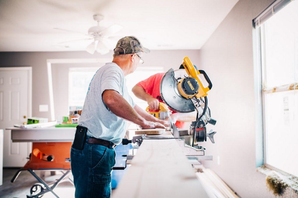 Deux hommes qui effectuent des travaux de rénovation dans une maison