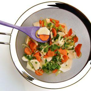 Un chinois de cuisine avec des légumes