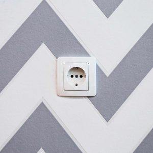 Une prise blanche sur un mur peint