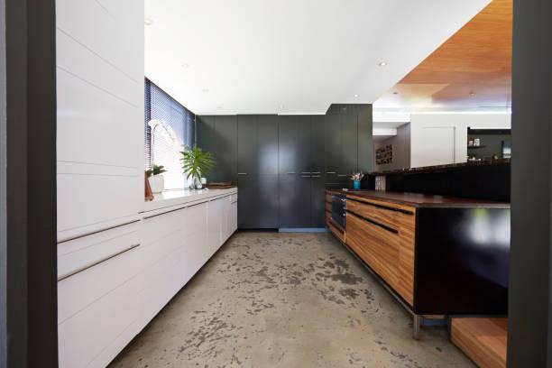 Cuisine moderne avec un sol en béton lissé
